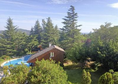 Vista cabañas y piscina